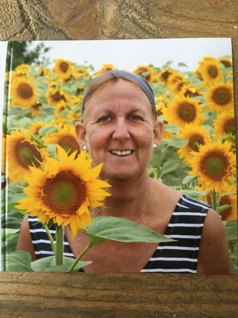 Marleen tussen zonnebloemen, haar lievelingsbloemen.