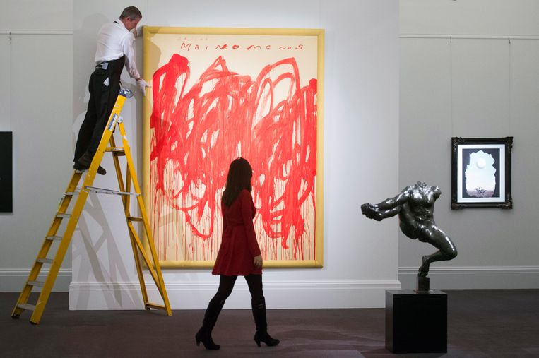 Schilderij van Cy Twombly bij veilinghuis Sotheby's in London, 2016. Beeld Will Oliver / EPA