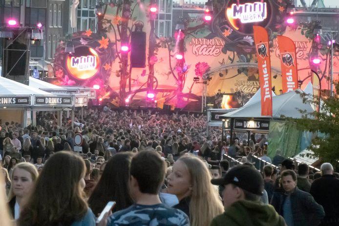 Een feestende mensenmassa aan de Waalkade.
