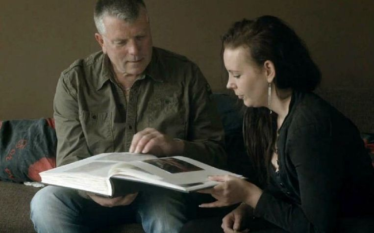 null Beeld Sanne en haar vader Hubert bekijken het fotoalbum dat zij voor hem heeft gemaakt.