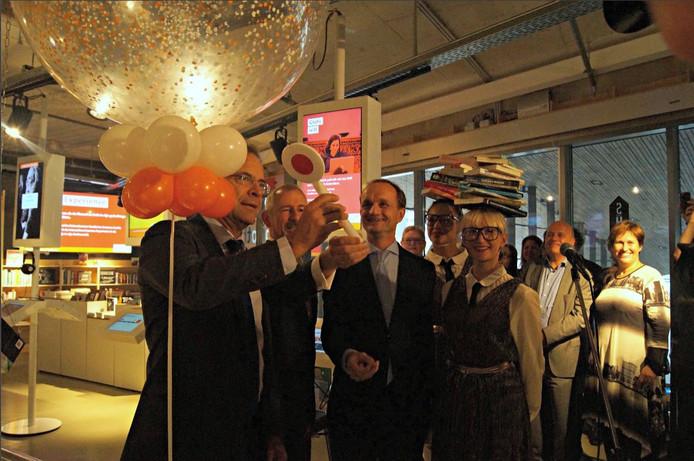 Theo Kemperman, directeur Bibliotheek Rotterdam en de Rotterdamse Cultuur-wethouder Pex Langenberg hebben de bibliotheek op Rotterdam Centraal geopend.