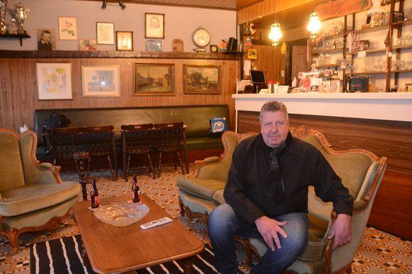 Luc verhuisde zijn zetel naar het gelijkvloers van het café, waar nu zijn woonkamer is.