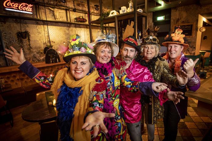 Angeline Beene, Ingrid Hassing, Barry Schopman (Markt 19), Rita Linderhof en Maaike Wubbels (vlnr) organisaren samen het Doare Mutsen Spektakel dat donderdag 20 februari in Markt 19 wordt gehouden.