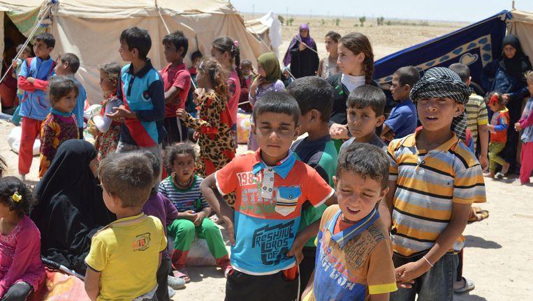Burgers die hun huizen zijn ontvlucht, verblijven aan de rand van de stad Fallujah. Beeld reuters