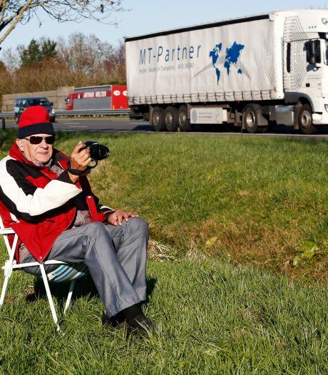 Ben (73) zit elke dag op een klapstoeltje langs de A2. Dit is waarom