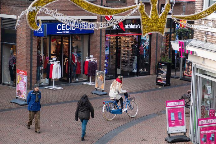 Een vrouw fietst over de Hoofdstraat, ter hoogte van de Deventerstraat.