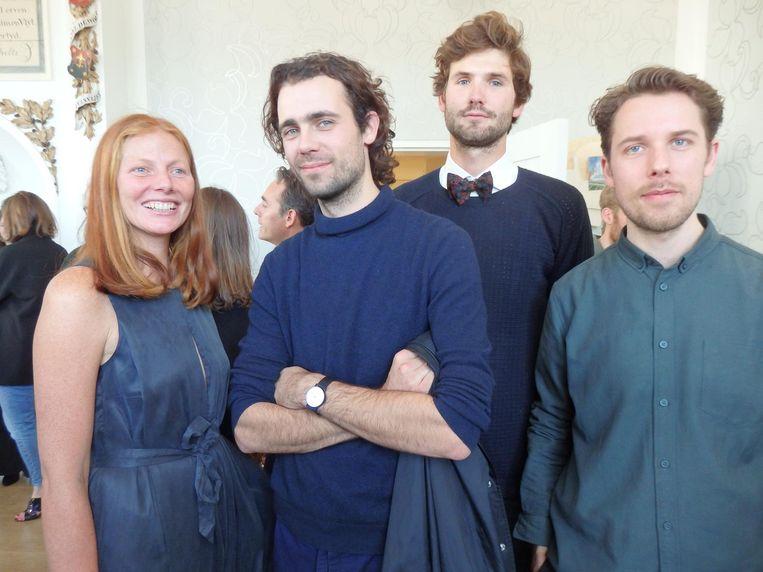 Lonneke (zus van Saskia), Arnout (geen details), Maurits de Brauw ('Ik ben psychiater aan het worden, dat zie je aan de strik') en kunstenaar Jasper Coppes Beeld Schuim