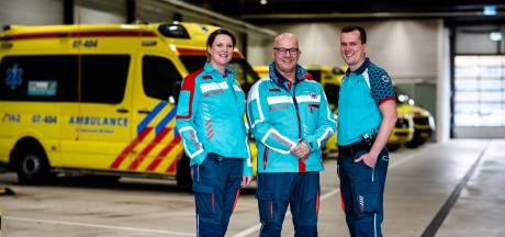 Ambulancepersoneel in regio Arnhem en Ede vandaag voor het eerst in nieuw tenue