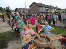 Kinderen Epse wachten bij opening speeltuin op de knal