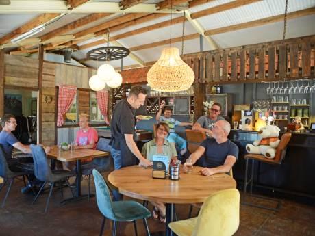Corona krijgt eigenaren van restaurant De Trotse Tafel niet klein. Ze pakken de boel op en gaan verder