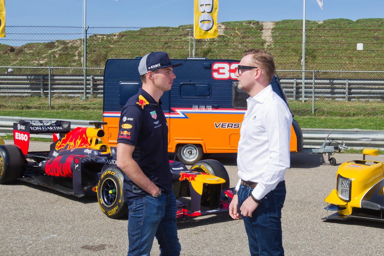 Prins Bernhard in gesprek met Max Verstappen op het circuit.