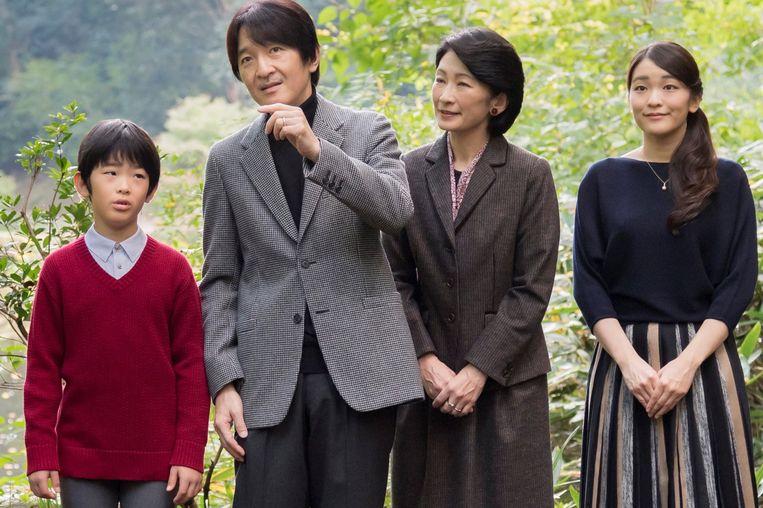 Akishino, de broer van Naruhito, is vanaf woensdag kroonprins. Diens zoontje Hisahito (12) is daarna de eerstvolgende in de lijn van troonopvolging. Hisahito's oudere zussen Mako (rechts) en Kako (niet op de foto) komen niet in aanmerking voor de troon.