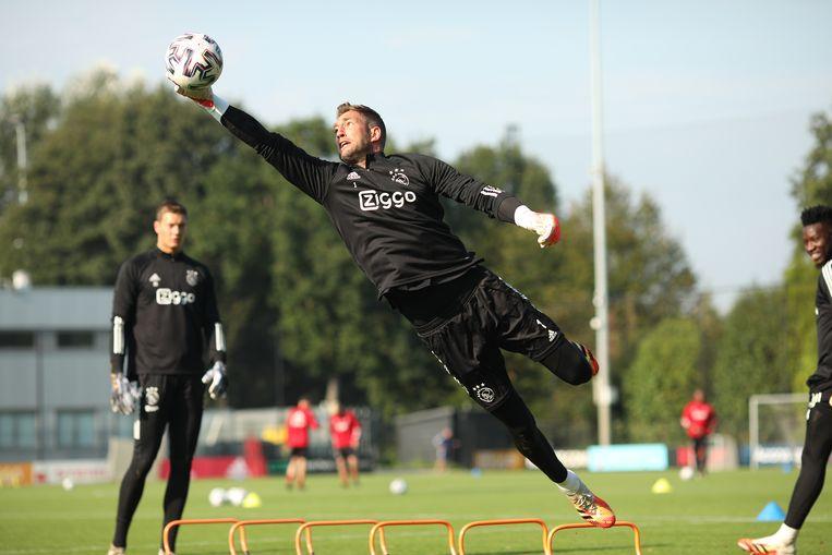 Maarten Stekelenburg zweeft door de lucht op de training van Ajax. Beeld Ajax/ Bastiaan Heus