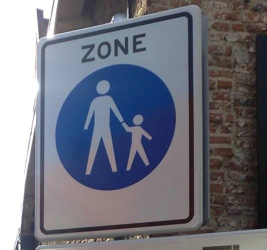 Straten waar de auto verboden is en niet mag worden gefietst, worden aangeduid met het blauwe bord dat aangeeft dat het om een voetgangersgebied gaat. Foto ter illustratie.