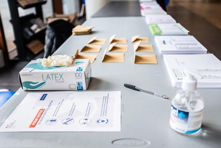 Voorzieningen en instructies bij het stemlokaal in Montreuil. Beeld Joris Van Gennip