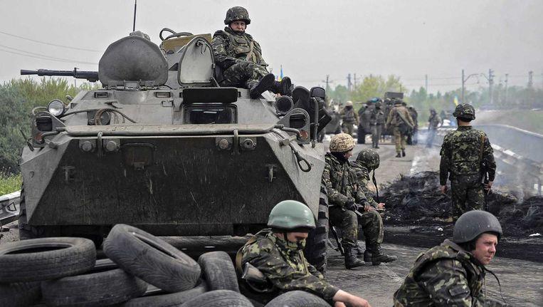 Oekraïense militairen houden halt de wacht bij een checkpoint nabij Slovjansk Beeld epa