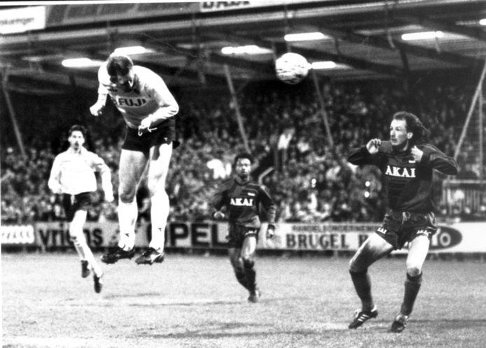 Wanny van Gils kopt de bal namens NAC richting het doel van Excelsior in 1991.