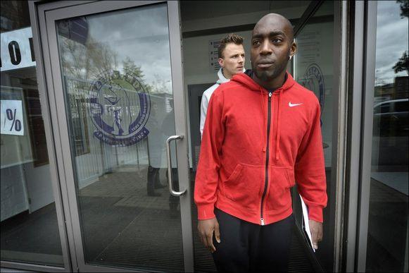 Brillant en Mununga verlaten het Olympisch Stadion na de mededeling.