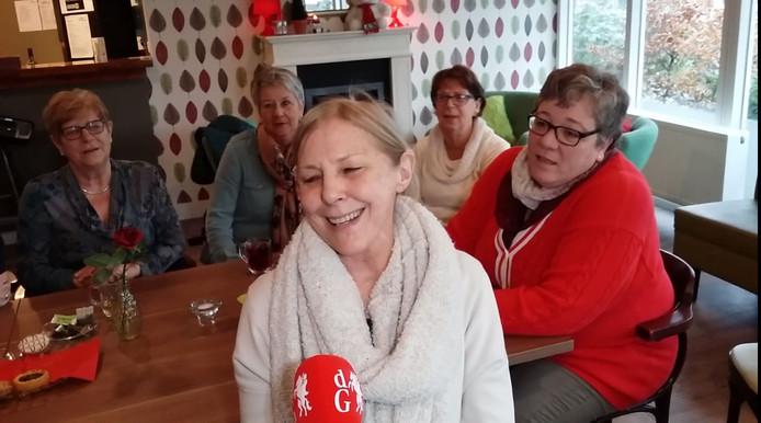 Bezoekster Puck zingt Edith Piaf in Dorpshuis Tricht.