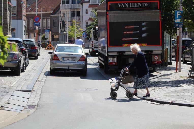 Laveren tussen de auto's op de Markt van Waregem? Binnenkort niet meer.
