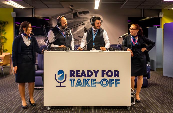 Docenten luchtvaart van het Summa College maken een podcast die aanslaat bij de luchtvaartliefhebbers. Op de foto: (vlnr) Aafke van Vegchel, Mark Dekkers, Soner Ciftci, Bridget Sanders.