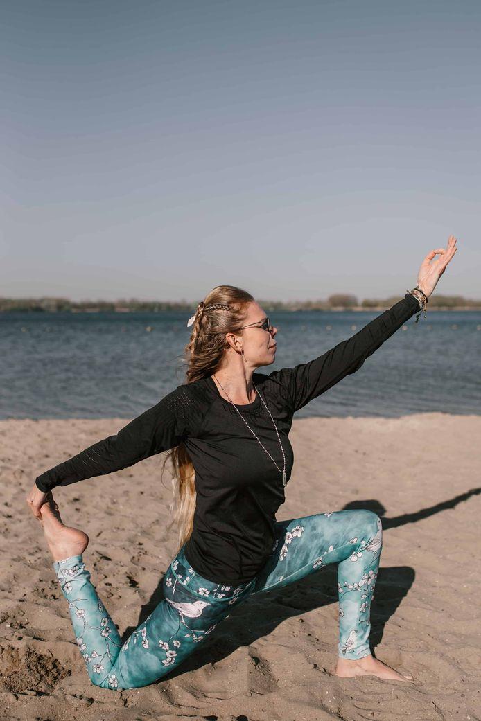Yvette Overbeeke wil het record strandyoga verbreken.