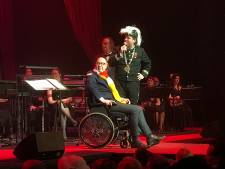 Burgemeester Jack Mikkers verschijnt voor het eerst na val weer in het openbaar en kwèkt vrolijk mee