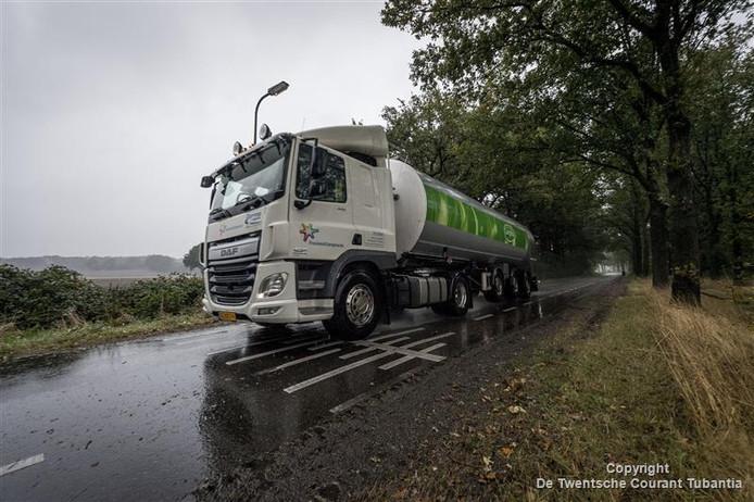 Vrachtwagens moeten optrekken en afremmen op de Plasdijk om met een slakkengang de drempel te nemen. Dat kan gevaarlijk zijn bij het inhalen van fietsers.