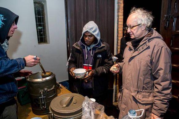 Vierde Damiaanprijs gaat naar het Vluchtelingenproject in Zeebrugge. Soep voor vluchtelingen pastoor Marechal