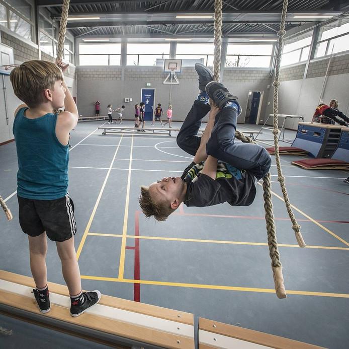 Leerlingen testen de nieuwe gymzaal even flink uit.