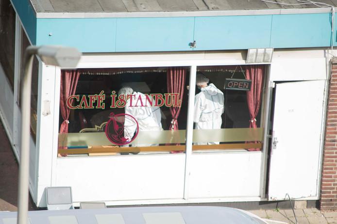 In café Istanbul aan de 70ste straat Malvert wordt onderzoek gedaan nadat er twee doodgeschoten mensen zijn gevonden.