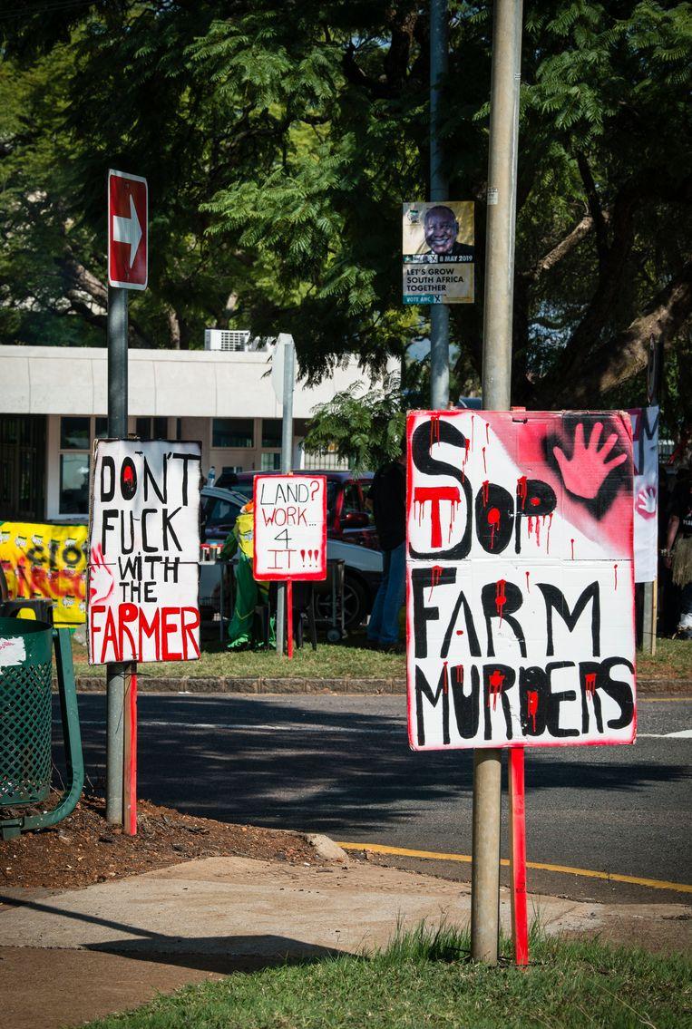Protestborden van Swart Maandag in Pretoria. Beeld Bram Lammers