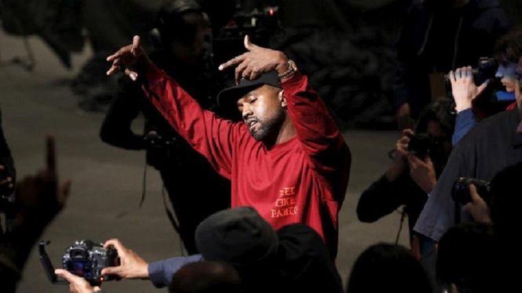Kanye West danst tijdens de presentatie van zijn kledinglijn. Beeld null