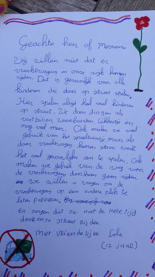 Lola (12) schrijft waarom ze niet wil dat er vrachtwagens komen rijden in haar buurt: protest tegen de route van het bouwverkeer voor het ecovat bij Het Dorp in Arnhem.