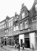 Distilleerderij de Ooievaar aan de Voorstraat bij de Riedijk, ondergevel gesloopt in 1883, de rest rond 1900. Bouwfragmenten zijn nu te vinden in de binnenstad.