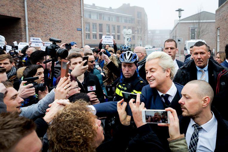 PVV-leider Geert Wilders deelt flyers uit in het centrum van Spijkenisse. De Partij voor de Vrijheid trapt hier de campagne voor de Tweede Kamerverkiezingen af. Beeld ANP