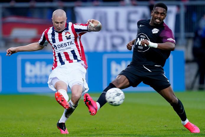 Sebastian Holmén in duel met Gyrano Kerk van FC Utrecht. De Zweed miste dit seizoen nog geen minuut bij Willem II.