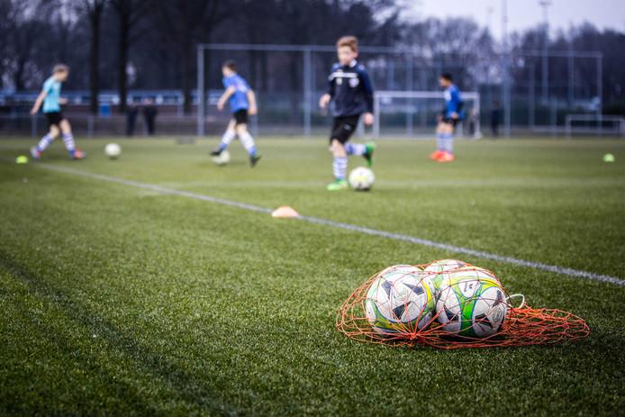 De jeugdtraining bij voetbalvereniging V.V. Bladella. De club kwam in opspraak na het wegsturen van vier jeugdleden die onvoldoende loten voor de nieuwjaarsloterij hadden verkocht. Hun ouders weigerden het verschil in inkomsten bij te leggen.