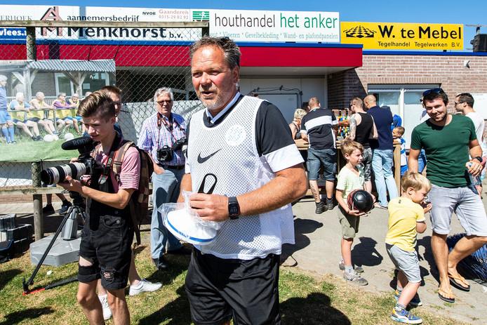 Henk de Jong betreedt het veld voor de eerste training richting eredivisie.