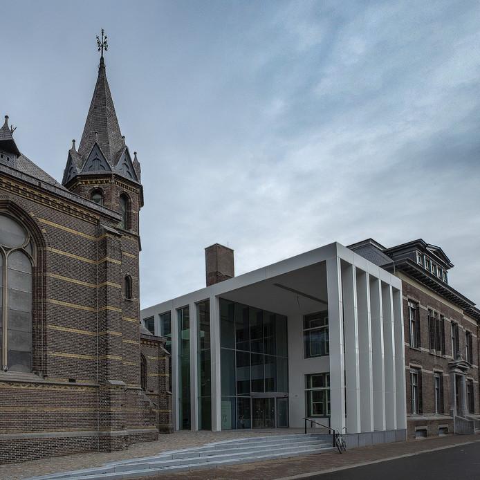 De hoofdingang van DOMUSDELA aan de Kanaalstraat in Eindhoven, een ontwerp van diederendirrix en en|en| architecten.