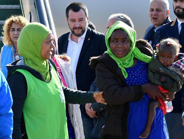 Matteo Salvini (midden) wachtte zelf de migranten op in de luchthaven.