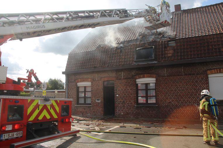 De bovenverdieping is vernield door de brand.