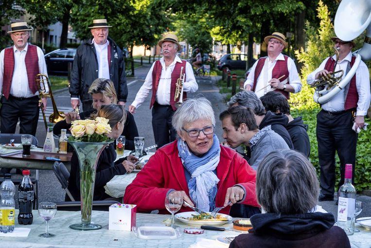 De buren in de Adrien de Gerlachestraat genieten van een barbecue en fanfaremuziek.