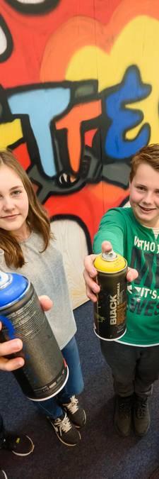 Tieners pimpen politiebureau in Nijverdal met graffiti