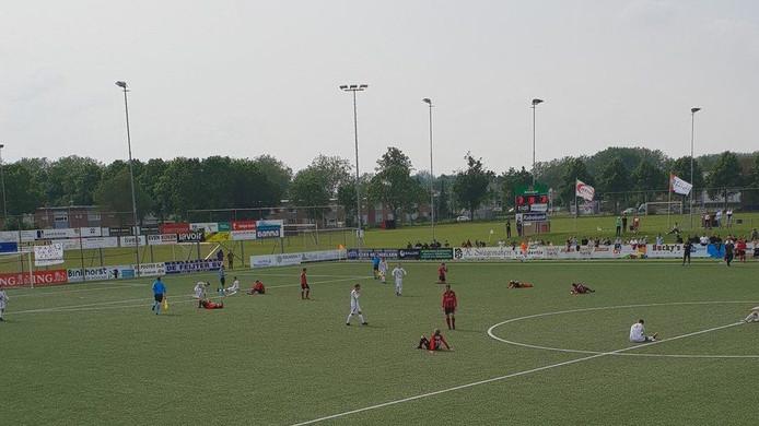 De spelers van Terneuzen en WSC liggen na 120 minuten voetbal uitgeteld op het veld.