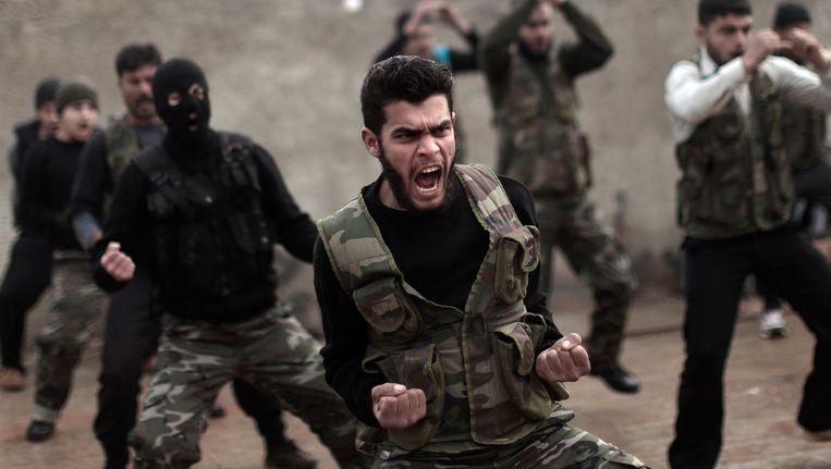 Syrische rebellen tijdens een training in de Syrische plaats Maaret Ikhwan Beeld AP