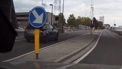 Dashcam filmt hoe wegpiraat voorbijsteekt langs verkeerseiland in Merksem