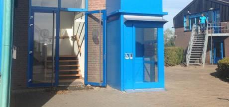 Rolstoellift en loopbrug voor invalide watersporters in Giesbeek