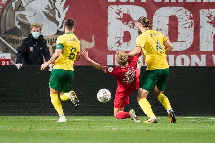Jesse Bosch, die hier onderuit wordt gehaald en een strafschop krijgt, is voorlopig de nummer 10 van FC Twente.