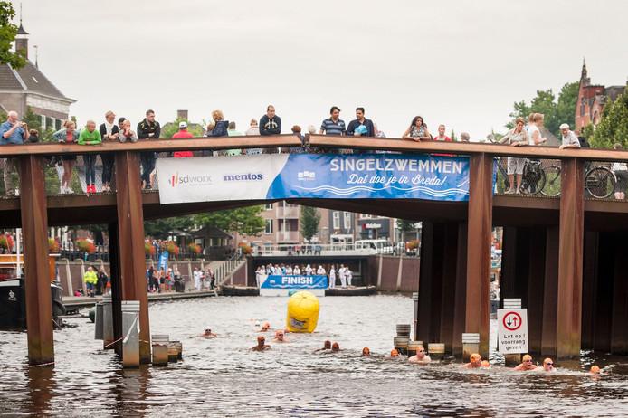 In totaal 450 mensen zwommen mee bij de verschillende afstanden tijdens het evenement in de singels van Breda.